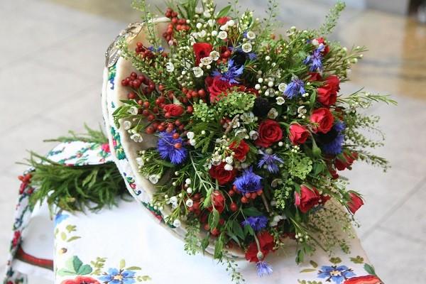 Свадебный букет с бутонами мелких роз и васильками