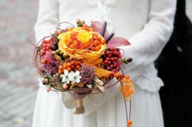 Осенью невесте просто необходимы накидка или жакет