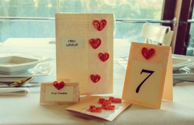 Табличка с номером на столе для удобства гостей