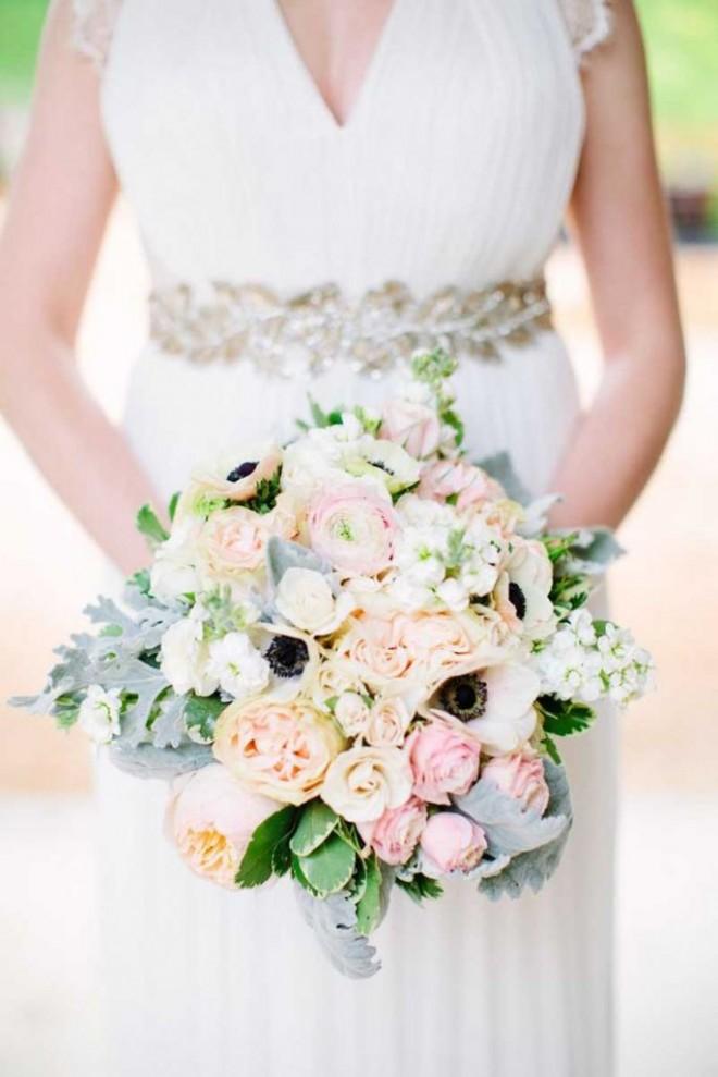 Пастельные цвета в букете идеально подходят к свадебному наряду