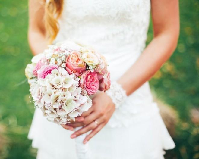 Букет из маленьких дикорастущих цветов в пастельных тонах