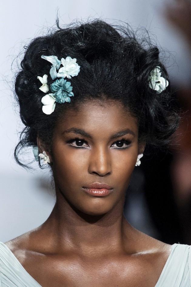 Свадебные украшения для волос. Горячий тренд свадебной моды – миниатюрные цветочные заколки для волос!