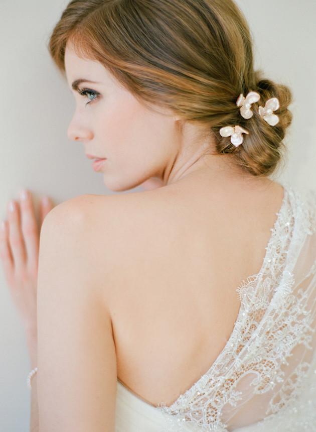Горячий тренд свадебной моды – миниатюрные цветочные заколки для волос!