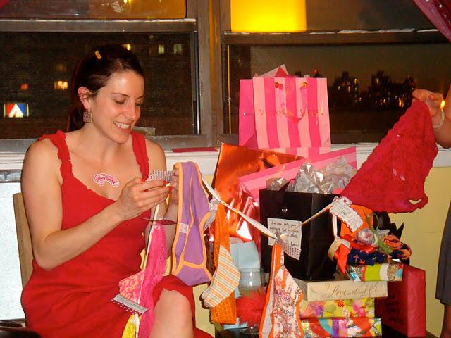 Пусть дарение подарков превратится в веселое представление