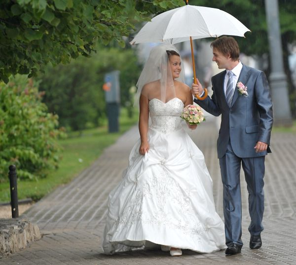 Зонт может не только укрыть от накрапывающего дождя, но и стать оригинальным свадебным акссесуаром