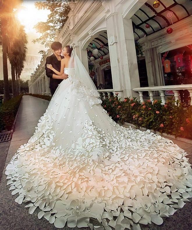 Выбирая наряд в интернете можно найти совершенно невероятное платье