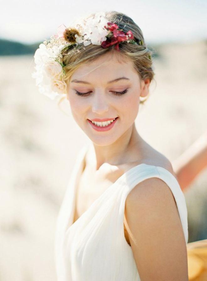 Свадебная прическа, украшенная живыми цветами