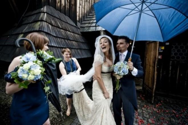 Если свадьба назначена на осень, позаботьтесь о зонтах