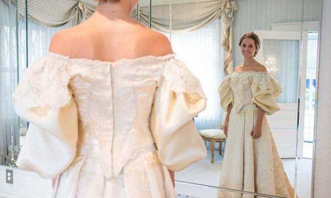 Исследуя мамины закрома можно найти совершенно удивительный свадебный наряд
