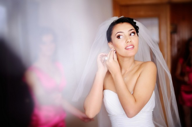 В свадебном салоне есть возможность примерить платье с остальными аксессуарами