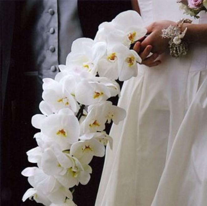 Каскадный букет из орхидей