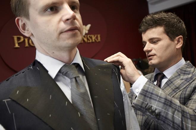 Пошив свадебного костюма следует доверить опытному портному