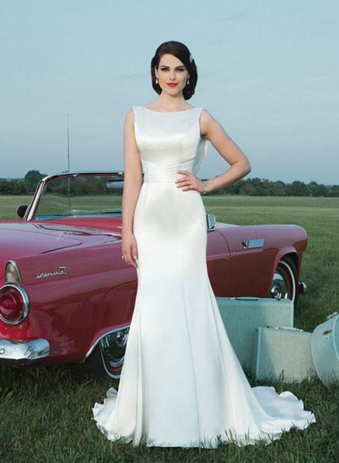 Невеста в шикарном атласном платье