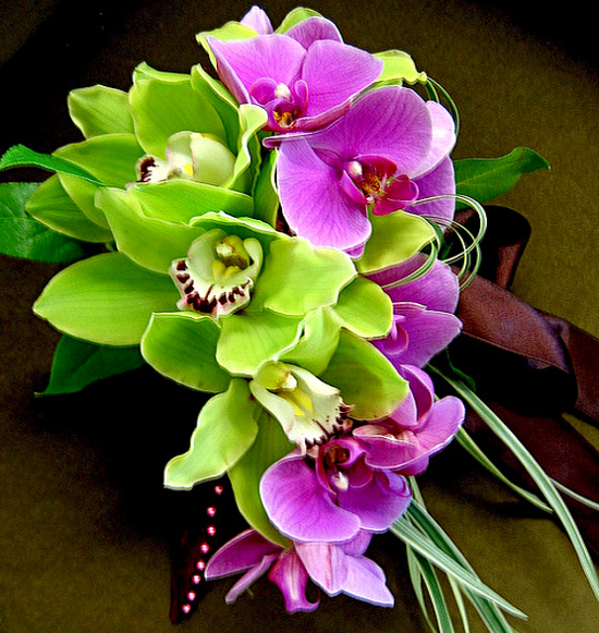 Букет из розовых и зеленых орхидей