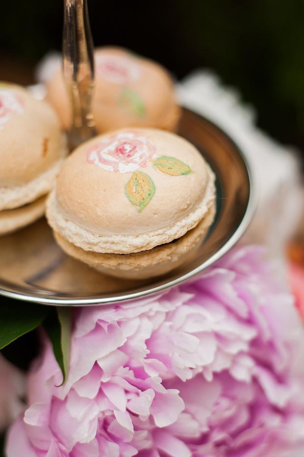 Нарядные пирожные на свадебном столе