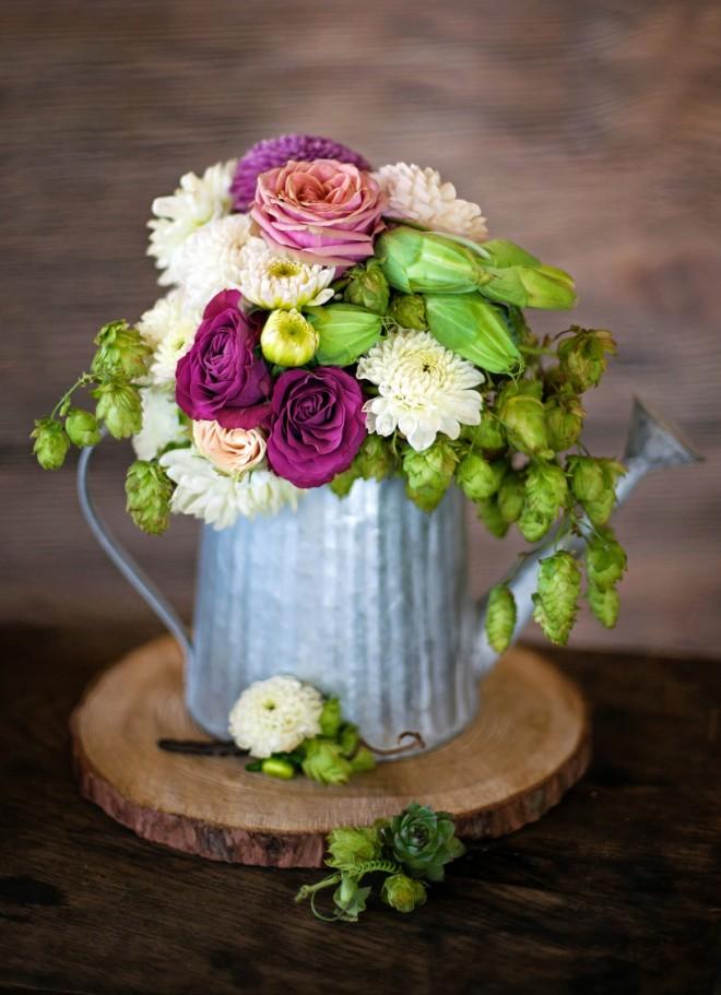 Хмель, интересны и в сочетании с классическими цветами как розы или eustomy