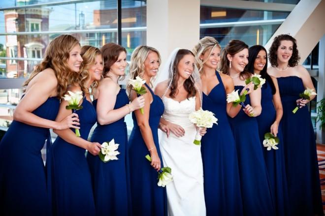 Невеста и ее подружки в изысканных нарядах
