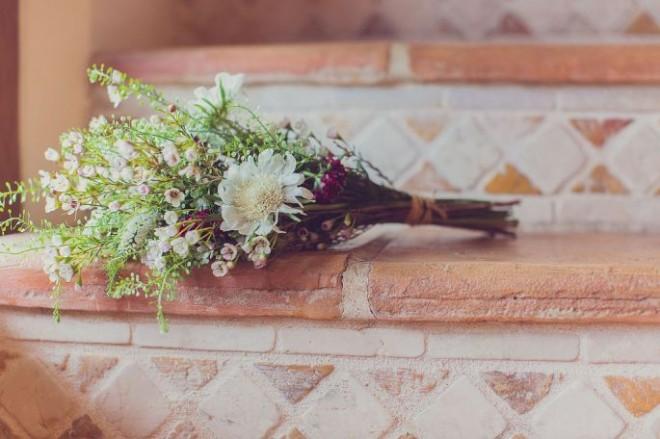 Букет из полевых цветов замечательно подойдет как для традиционной, так и для винтажной свадьбы
