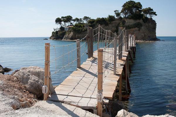 Деревянный мост, ведущий к острову Святого Состиса