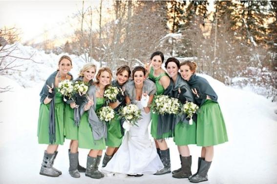 Великолепное свадебное фото на фоне заснеженных пейзажей