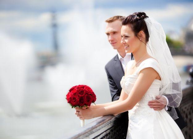 Свадебный букет из алых роз