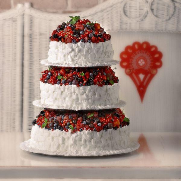 Свадебный торт с ягодами и взбитыми сливками