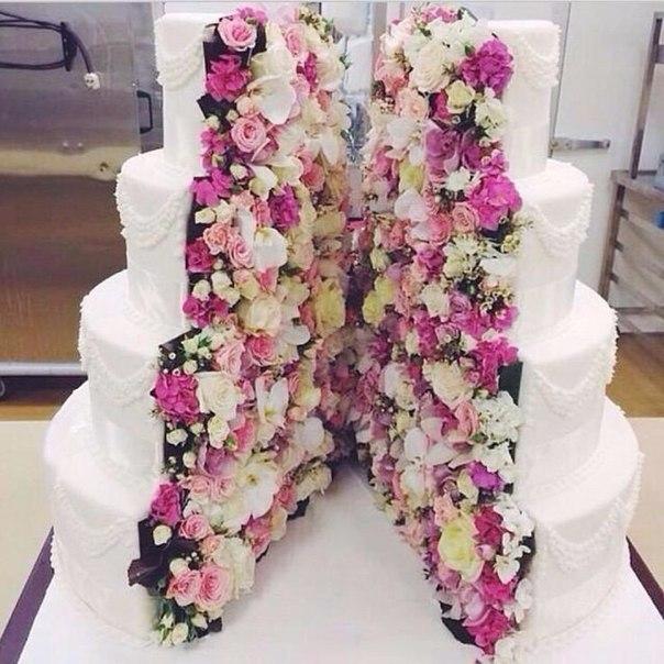 Бывают настолько прекрасные торты, что их не хочется разрезать!