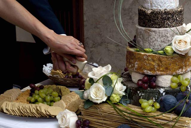 Оригинальный сырный торт, украшенный виноградом