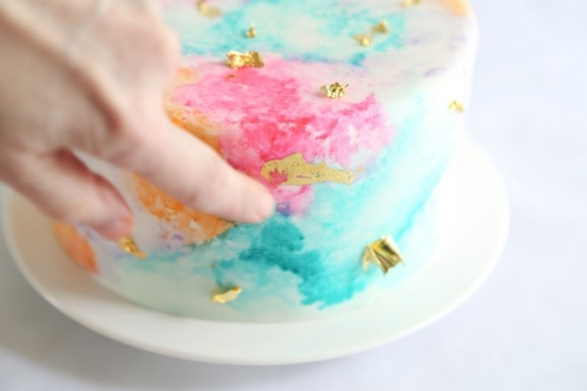 Легким нажатием выравниваем кусочки на торте