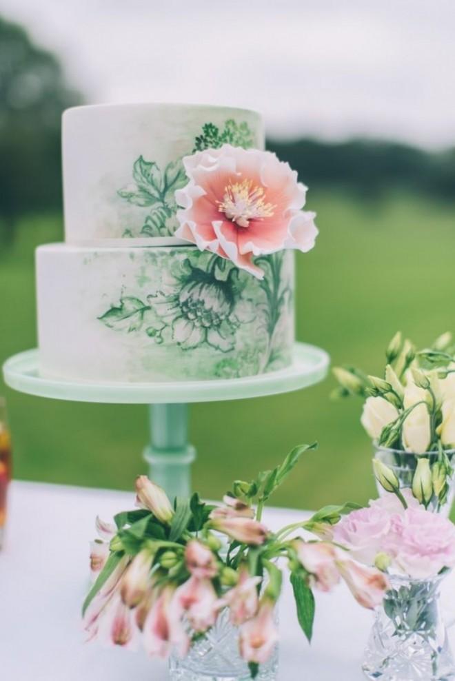 Цветочные мотивы на свадебном торте