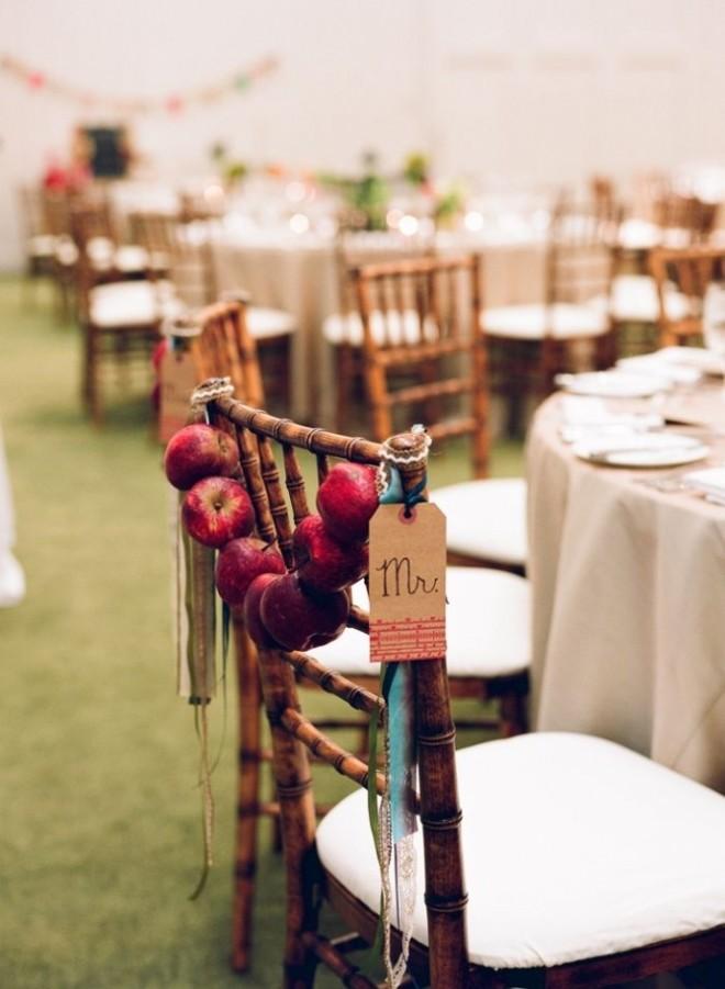 Украшение стула гирляндой из яблок