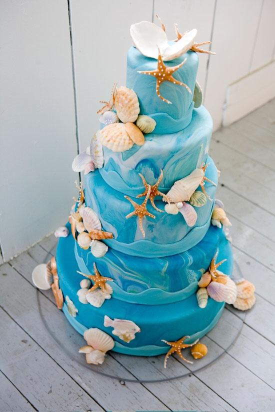 Красочный акварельный торт для свадьбы на пляже