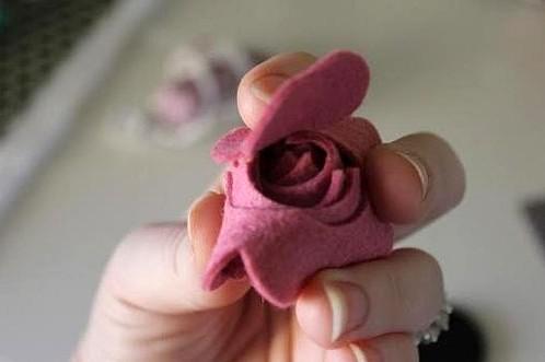 Собираем розу вместе, перетягивает капроновой нитью, прошиваем и крепим с помощью клея к цветному шнуру