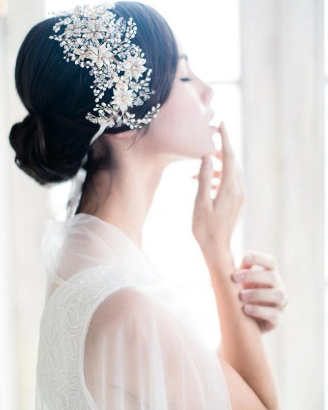 Свадебная прически с повязкой цветочных мотивов