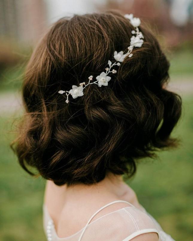 Свадебная прически с украшением с цветочными мотивами