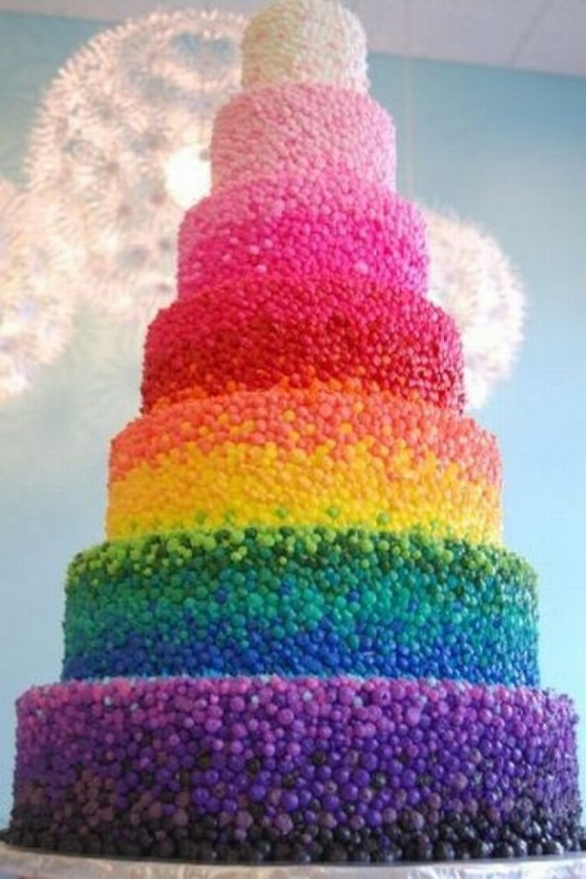Разноцветный торт для радужной свадьбы