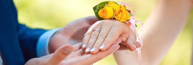 Обручальное кольцо на руке невесты