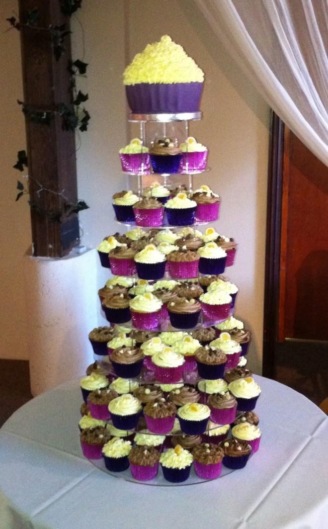 Свадебный торт и декорированые кексы