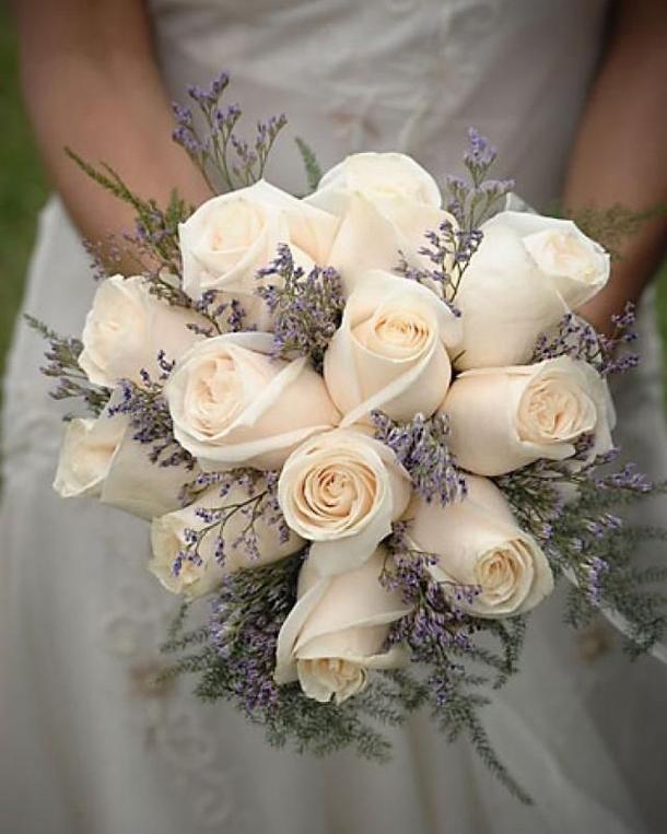 Кремовые розы и лаванда
