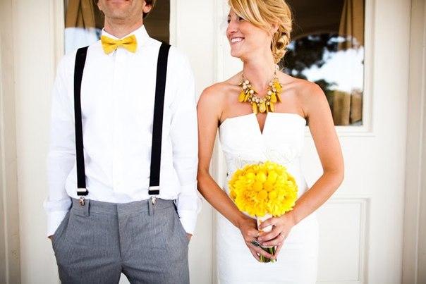 Яркие аксессуары в нарядах жениха и невесты