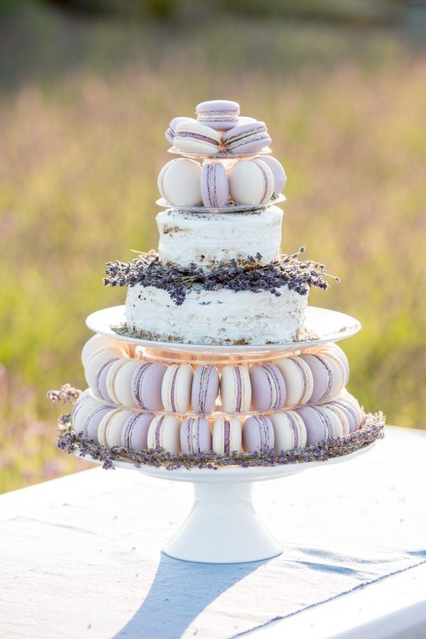 Торт из пирожных в лавандовых тонах