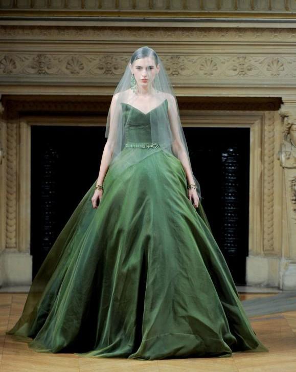 Изумрудное свадебное платье с пастельно-зеленой фатой