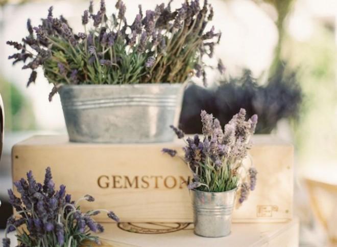 Для декора можно взять жестяные банки и небольшие садовые ведера