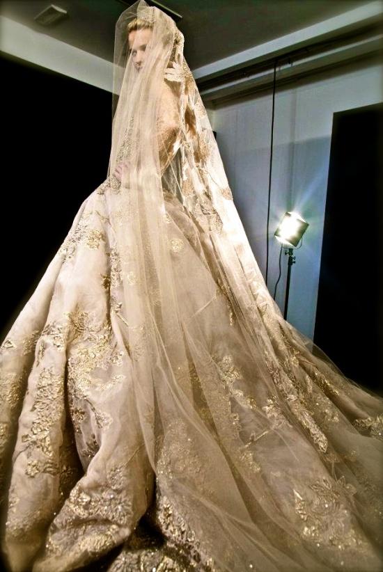 Фата цвета шампанского будет красиво смотреться в сочетании с золотистым подвенечным платьем