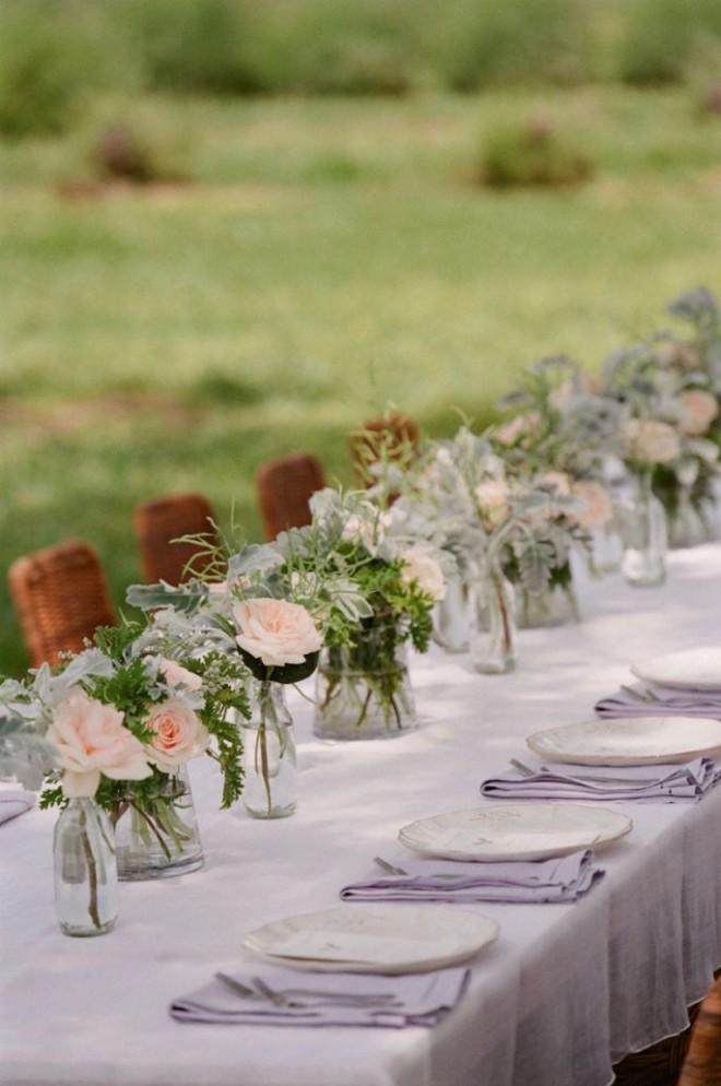 Декор стола букетами из роз и лаванды