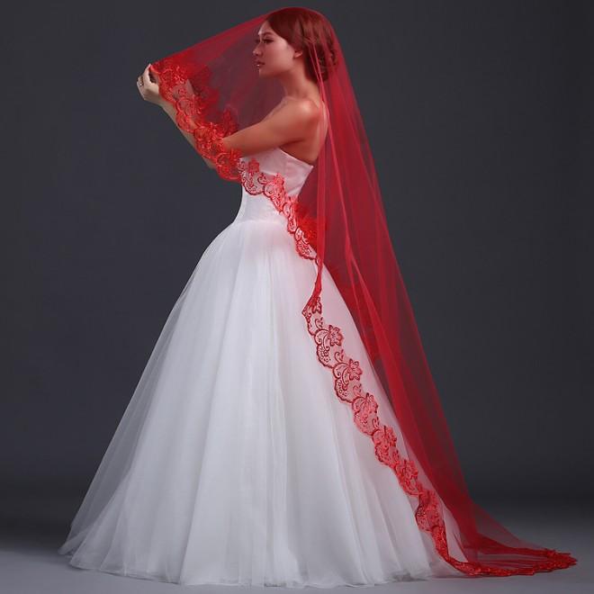 Красивое сочетание белого подвенечного платья и красной фаты