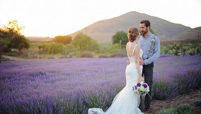 Счастливая пара на фоне лавандового поля