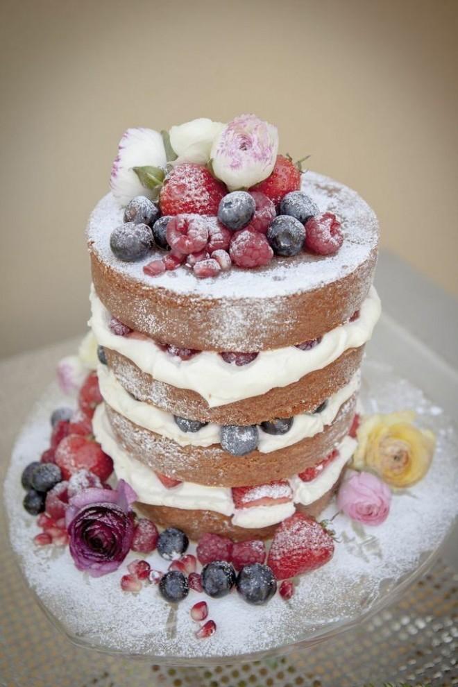 Голый торт с фруктами и ягодами