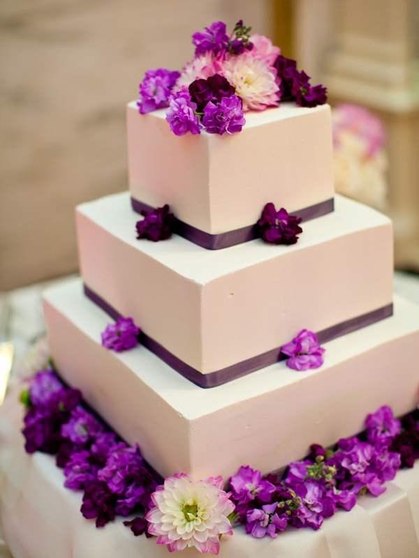 Многоярусный квадратный торт, украшенный цветами