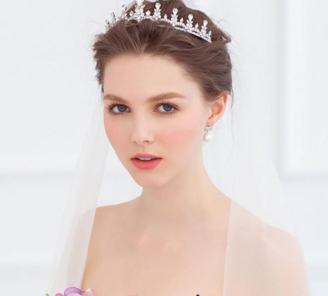 Невеста в изысканной диадеме